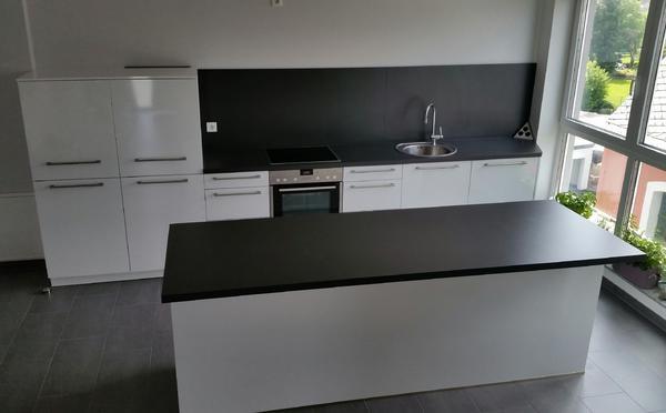 11 monate alte sch ller k che mit nova gloss hochglanz kristallwei fronten und einer. Black Bedroom Furniture Sets. Home Design Ideas