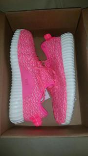 Adidas Yeezy Größe 35