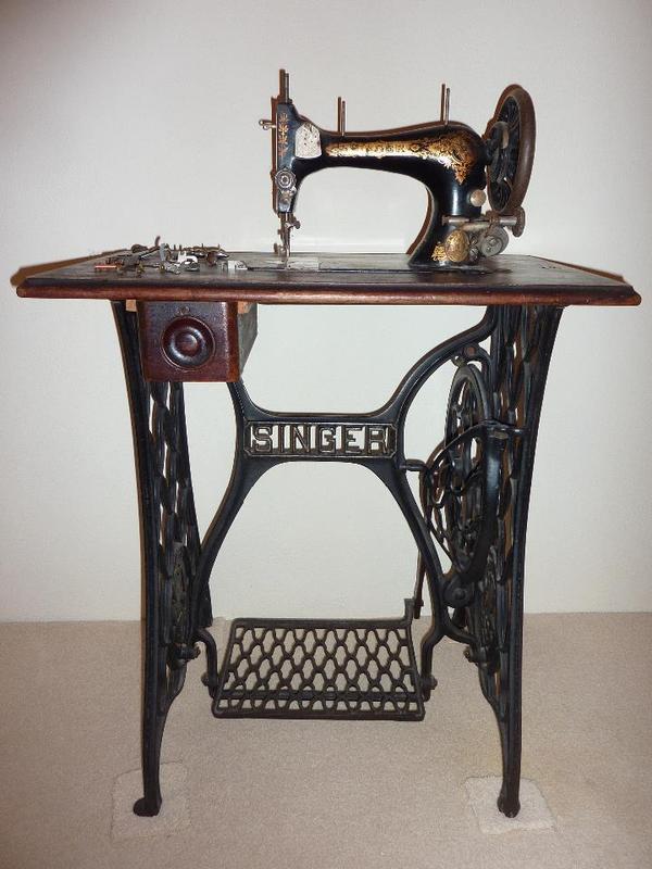 alte singer n hmaschine mit tisch in m nchen sonstige. Black Bedroom Furniture Sets. Home Design Ideas