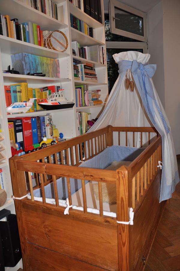 antikes babybett mit tempurmatratze nestchen und himmel. Black Bedroom Furniture Sets. Home Design Ideas