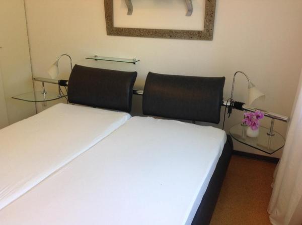 bett doppelbett schlafzimmerbett schwarz grau anthrazit sehr qualitative lederoptik. Black Bedroom Furniture Sets. Home Design Ideas