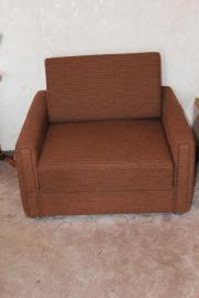 breiter brauner Sessel