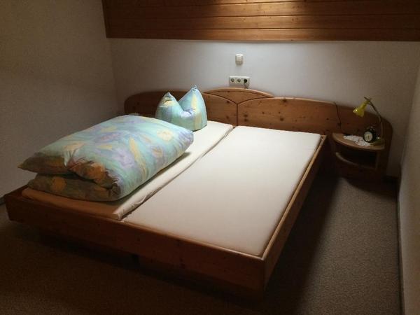 doppelbett mit intergierten nachtk stchen aus holz inkl lattenrost und matratzen in sankt. Black Bedroom Furniture Sets. Home Design Ideas