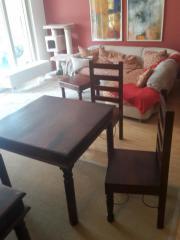 Esstisch, zwei Stühle,