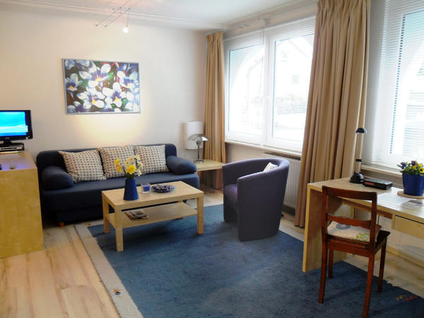 ferienwohnung wohnen auf zeit modernes studio 1 zimmer k che bad komplett m bliert in. Black Bedroom Furniture Sets. Home Design Ideas