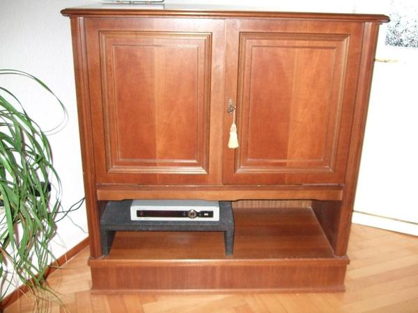 biete einen hochwertigen tv schrank aus nussbaum teilmassiv die t ren sind in die seite. Black Bedroom Furniture Sets. Home Design Ideas
