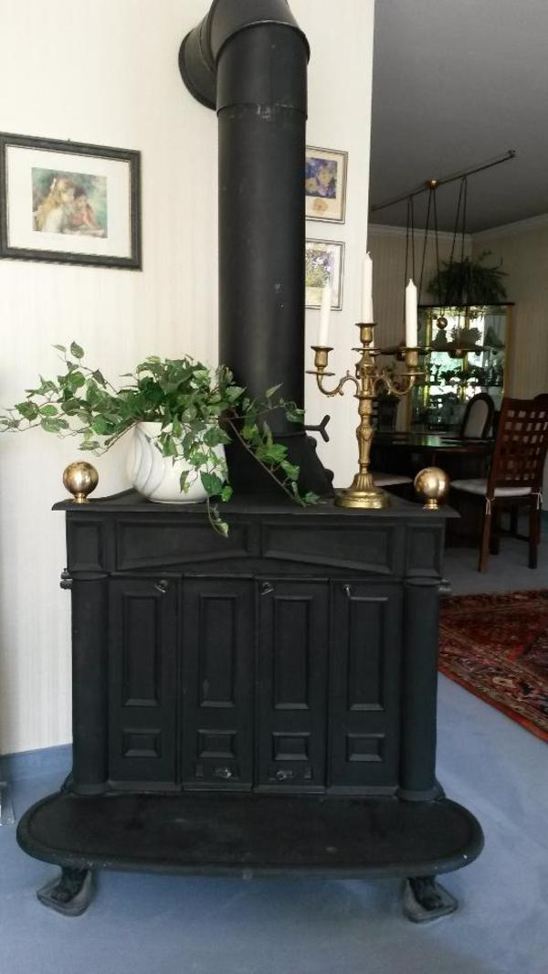 franklin kaminofen bestens erhalten mit sch nen messingkugeln links und rechts. Black Bedroom Furniture Sets. Home Design Ideas