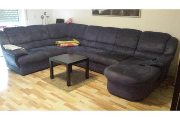 gro e wohnlandschaft in dnkelblau. Black Bedroom Furniture Sets. Home Design Ideas