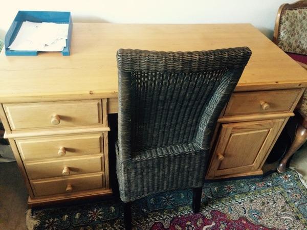 Großer Schreibtisch Mit Massivholzplatte Und Viel Stauraum