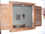 Holzfenster mit Spiegel