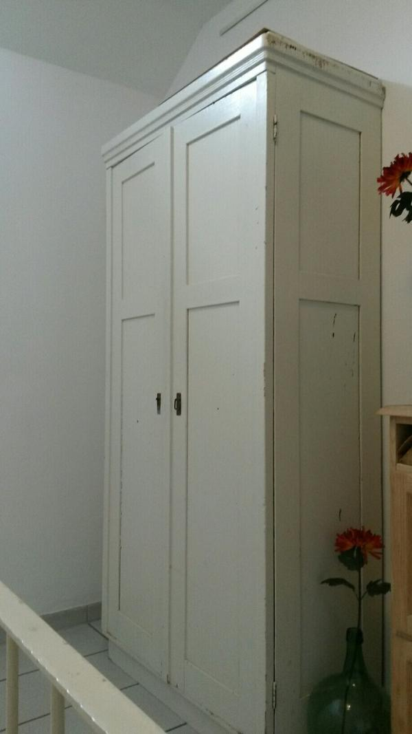 antiker wei er kleiderschrank optional mit einlegeb den zu verkaufen h he 2 07 m breite 1. Black Bedroom Furniture Sets. Home Design Ideas