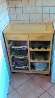 Küchentisch und Weinregal