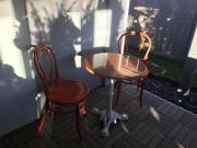 Marmortisch mit Stühlen