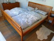 Massivholz-Doppelbett mit