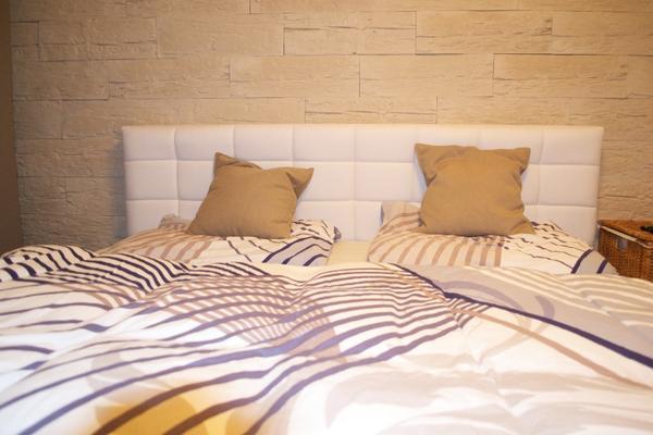 Modernes Schlafzimmer mit Boxspring Bett und Schiebekasten in ...
