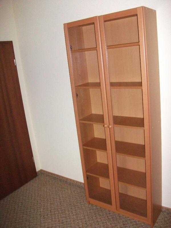 neuwertiges regal mit glast ren vitrine. Black Bedroom Furniture Sets. Home Design Ideas