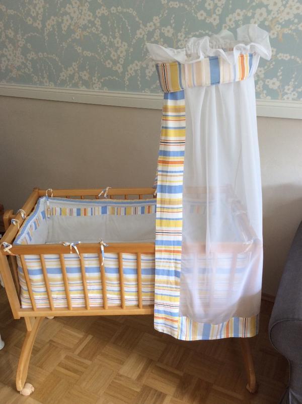 roba babybett sehr gut erhalten mit schaukelfunktion komplett mit matratze himmel und. Black Bedroom Furniture Sets. Home Design Ideas