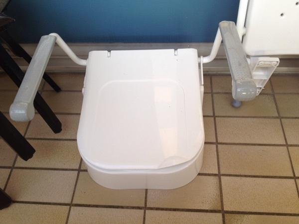 sitzhilfen toilette wc sitz mit armlehnen und dusche wanne und griffe in m nchen bad. Black Bedroom Furniture Sets. Home Design Ideas