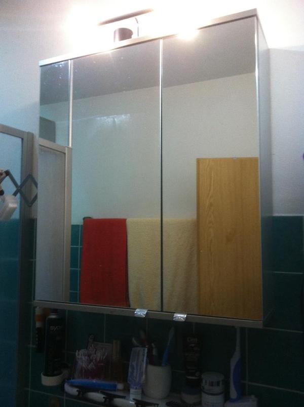 1 x spiegelschrank mit beleuchtung und steckdose 2 t rig 1 x h ngeschrank 2 t rig beide gleich. Black Bedroom Furniture Sets. Home Design Ideas