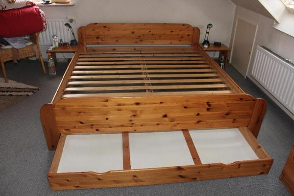 stabiles bett aus massivem kiefernholz 180 x 200cm in. Black Bedroom Furniture Sets. Home Design Ideas