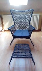 Stuhl mit fußhocker