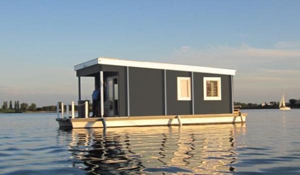 urlaub auf dem hausboot in holland in lemmer ferienh user wohnungen kaufen und verkaufen. Black Bedroom Furniture Sets. Home Design Ideas
