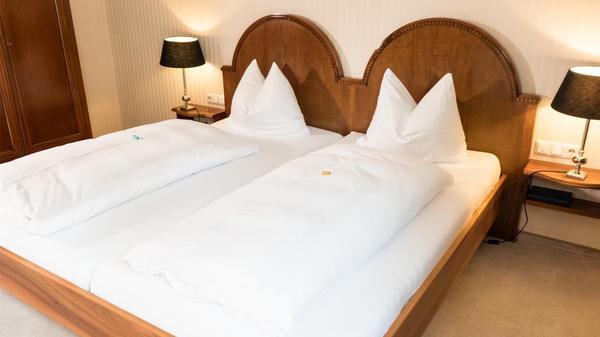 Biedermeier bett in stiltypischer gestaltungsform in for Bett 2m breit