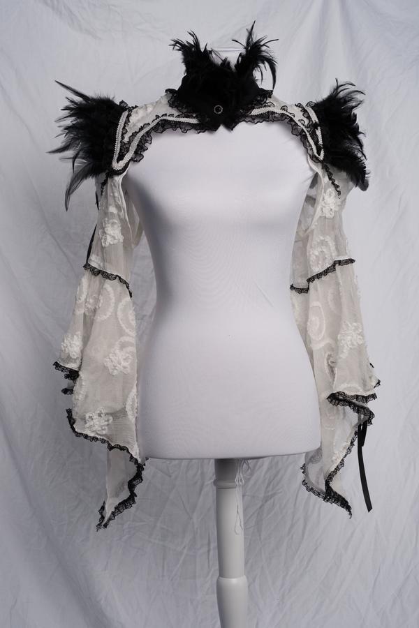 Bolero mit Federn Gothic Burlesque Lolita One-Size - Hannover Südstadt - Ich verkaufe diesen eleganten Bolero in weiß. Die schwarzen Federn an Ärmeln und Kragen sowie der funkelnde Zierknopf, mit dem die Jacke geschlossen wird, machen diesen Bolero zu einem Accessoire, das jedes Outfit veredelt.Er lässt - Hannover Südstadt