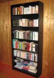 Bücherregal in schwarzlackiertem Holz