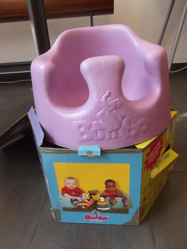 Bumbo Baby Seat - München - Hallo, wir verkaufen einen tollen baby Sitz mit nur wenig Gebrauchsspuren. Anzuschauen im kinderkram Laden - Kidlerstr. 34a, 81371 München Sendling, Mo-Fr, 11-18 Uhr. Wir bitten um Barzahlung. kinderkram ist ein Integrationsbetrieb der Social  - München