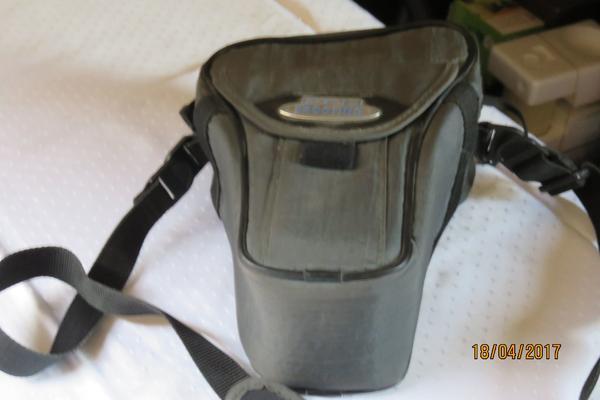 Große Fototasche, - Niederdorfelden - Große Fototasche,H 26 x B 20 x T 11 cm, carena, Kunststoff gepolstert oliv-farben, mit Schultergurt, Gürtelclips, sehr guter Zustand, da wenig gebraucht mit normalen Gebrauchspuren. Das ist ein Privatverkauf, daher keine Garantie und R - Niederdorfelden