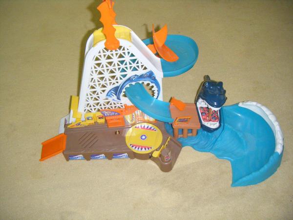 Hot Wheels Shark Park / Hotwheels Hai Park / Hot Wheels Shark Attack - Wuppertal - Gebrauchte, gut erhaltetene und fast vollständige ( bis auf einen Plastikpizzataler, den man vielleicht mit einem Plastikparkchip ersetzen könnte ) Hot Wheel Bahn. Der Hai hat auf der Unterseite kein Halterungsstäbchen mehr und wird einfach - Wuppertal