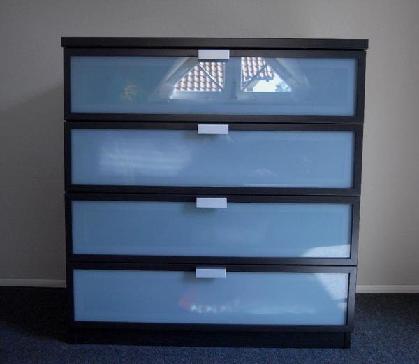 ikea kommode hopen schwarzbraun 4 schubladen mit milchglasverkleidung in wackernheim. Black Bedroom Furniture Sets. Home Design Ideas