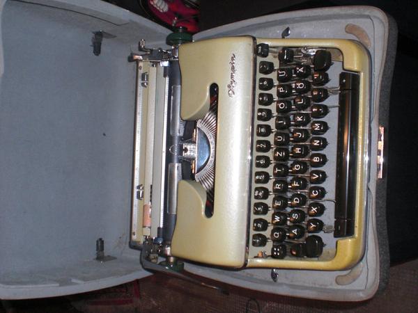 Kleiderschrank Sessel Spiegelschrank