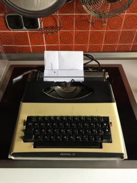 Büromaschinen, Bürogeräte - Reise Schreibmaschine elektrisch Royal Apollo