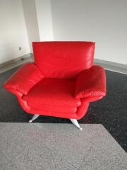Roter Sessel aus