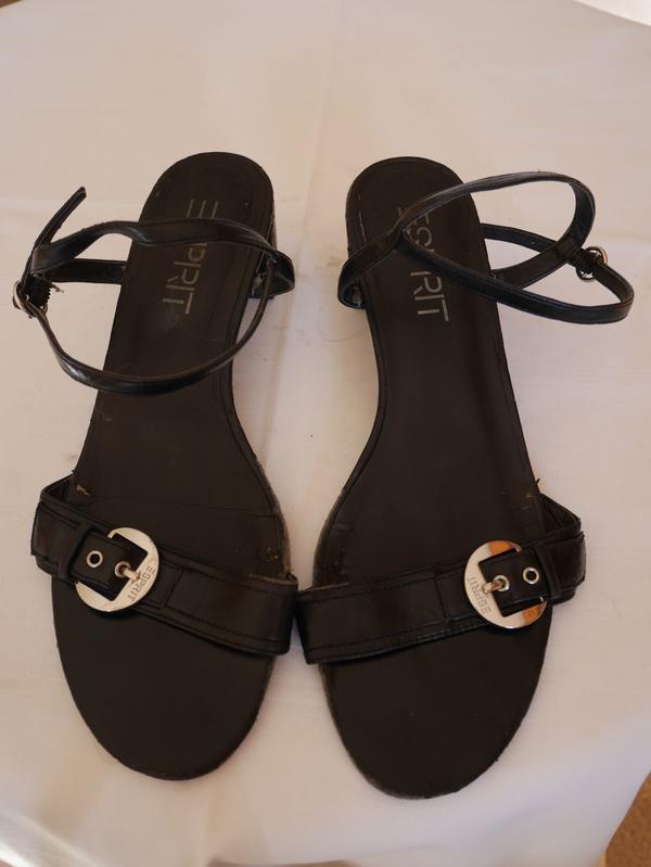 Sandaletten Gr. 39 schwarz ESPRIT - Berlin Blankenburg - Größe 39;Sandaletten schwarz mit breitem AbsatzAbsatzhöhe 5cmMit deutlichen TragespurenSauber und gereinigtFragen gerne unter: 0176-64340531 oder 030-4251818 - Berlin Blankenburg