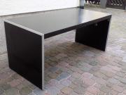 Schwarzer Schreibtisch