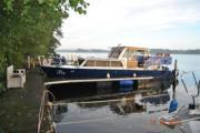 Stahlboot mit viel