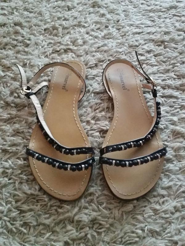 Verkaufe die Sandalen Größe 41 in schwarz von MARVEL - nur einmal getragen - Leonberg - Verkaufe die Sandalen Größe 41 in schwarz, die Sandalen wurden nur einmal getragen. Die Riemchen sind variabel einstellbar. Das Riemchen besteht aus schwarzen Perlen mit auch silbernen Steinchen dazwischen.Maße:Länge der Sandalen: ca. 27 cm - Leonberg