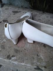 weiße Damenpumps